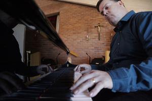 Göran Enegård hörde sin pappa öva på piano, och lärde sitt första stycke på gehör när han var sju år.