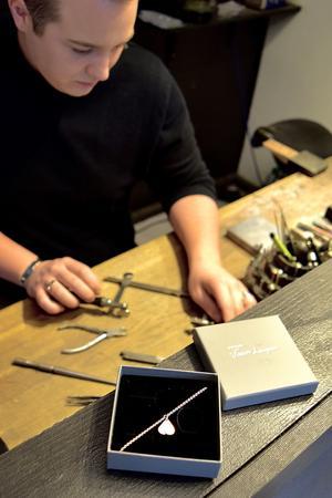 Att ta fram ett armband till Tova Mobergs minne har varit känslosamt, och Viktor Lenper känner sig hedrad över uppdraget. Foto: privat/Johanna Andersson