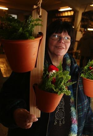Bessan Westrin, Gnarp,  visade egenkonstruerade blomhållare i blomkruksfabriken.