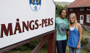 Färilatjejerna Emma McDade och Towe Mickelsson är två lyckliga ungdomar som fått sommarpraktik på äldreboendet Mångs Pers i centrala Färila.