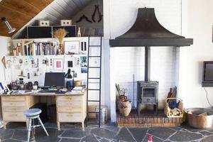 I vardagsrummet, eller ateljén som rummet kallas, finns en liten kamin som används för mysfaktorn. Loftet, ovanför skrivbordet, har alltid varit populärt bland övernattande gäster.