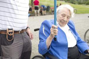 Ulla Enström är 100 år och drar upp den ena mörten efter den andra. Hon började fiska redan som barn och tycker det är roligt att få hålla intresset vid liv på äldre dar.