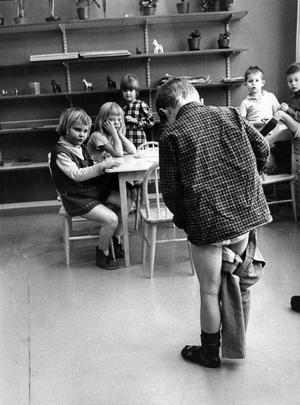 Länstidningen har gjort en rundvandring på två nya daghem i Västerås. På Hammarby daghem träffade vi killen här ovan, 5-årige Kennet som klär på sig efter den obligatoriska middagsvilan. Den andra nya institutionen är Viksängs daghem. 3 februari 1967.