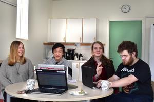 Josephine Gunvik, Fredrik Wernheim, Benjamin Duzs och Niclas Ericson visade under torsdagen upp Vikingabyn för engelska pedagoger.