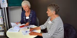 Röstmottagarna Ingegerd Lindfors och Inez Larsson i arbete under onsdagen.