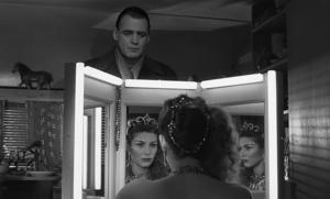 Ängeln Damiel (Bruno Ganz) förälskar sig i cirkusartisten Marion (Solveig Dommartin). Foto: Pressbild/Wim Wenders Stiftung