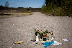 Engla Höglunds kropp hade dumpats på en enslig plats, på en grusväg några mil söder om Valbo. Polisen tror att Anders Eklund tände eld på kroppen för att dölja att han förgripit sig på flickan.