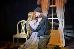 Kim Bergkvist och Tobias Nilsson spelar det unga kärleksparet – en ljusglimt i en mörk historia.