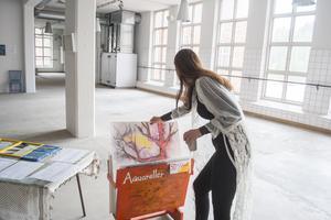 Fanny Wemark i konsthallen där de bland annat kommer att sälja akvareller från lokala konstnärer.