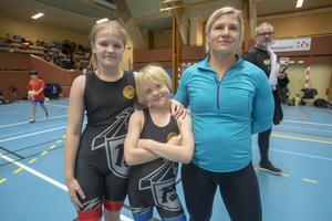 Sofie Stenberg, 12 år, Max Stenberg, 9 år tillsammans med mamma Carina Stenberg, Västerås BK.