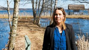 Paula Pihlgren, vd för AB Frötallen, vid dammarna i Ytterjärna.