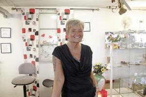 - Det är alltid fler kunder under sommaren, många kunder som letar efter retro föremål, folk kan åka långt för sånt, säger Eva Palm som jobbar på Hela människan i Köping.