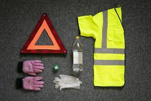 HLR-mask,  reflexväst,  plasthandskar, vatten och varma kläder. Anna Linder vill påminna om och ge tips om vad som kan vara bra att alltid ha i bilen om olyckan skulle vara framme.