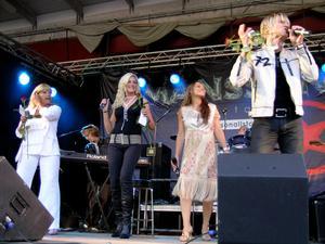 Lill-Babs tillsammans med Fame och Charlotte Perrelli på scenen i Säterdalen 2005. Anledningen till artistuppbådet var ett 100-årsfirande för IF metalls medlemmar. Bild. Per Eklund