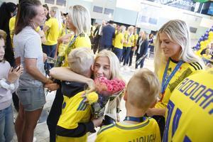 Sofia Jakobsson kramas med fans när landslaget anlände till Landvetter.