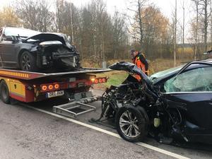 Bärgning efter den svåra trafikolyckan på Västeråsvägen i Hallstahammar. Då hade deltidskåren redan lämnat platsen för att återgå till släckningen av ödehuset.