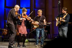 Gilles Apap bjöd in sina folkmusikvänner, bland andra Emma Ahlberg Ek och Daniel Ek, att avskedsmusicera med honom. Bild: Lia Jacobi