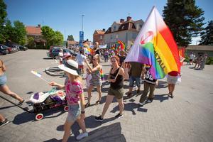 Många organisationer och privatpersoner deltog i lördagen prideparad i Hofors. Den första någonsin och IF Metall var med bland de cirka 200 deltagarna.