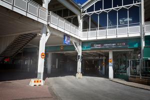 Kringlangaragets infart vid Marenplan, under gamla McDonaldshuset, behöver flyttas för att de storslagna planerna för Marenområdet ska kunna ta fart.