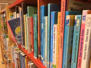 Tyska barnböcker i en av Lunabibliotekets bokhyllor.
