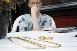 Helst vill Eva slänga smyckena för att slippa påminnas om händelsen.