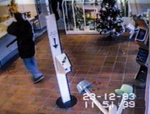 Bankens övervakningskamera visar när Sparbanken i Heby rånas på ca 950 000 tusen kronor 23:e december 1993. Rånet utfördes av militärligan. Hebyrånet blev ligans sista rån då de strax efter rånet greps på natten i en övergiven sommarstuga i Skorkebo utanför Sala. Foto: Sparbanken handout / TT