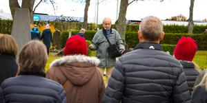 Hans Landgren började dagens vandring genom att stanna till vid Lennart Janssons grav.