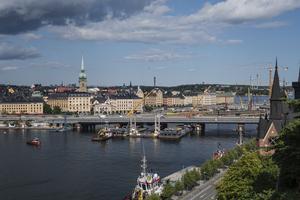 I somras lyftes den nya tågbron, även kallad getingmidjan, på plats i Stockholm. Foto: Stina Stjernkvist / TT