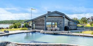 Huset i Kvarnsand utanför Grisslehamn såldes för 11,1 miljoner kronor. Foto: Fisheye foto