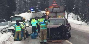 Två personer fördes till sjukhus efter olyckan i Sättna.