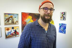 Emil Eriksson mitt i samlingsutställningen på Galleri BGB.