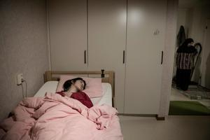 Ibadete ligger likt sin syster djupt traumatiserad i sin säng o Horndal. Hon har legat så i ett år. Ingenting får flickorna att vakna. Var tredje månad placeras deras lealösa kroppar i sjuktransport till Falu lasarett för byte av slangar till sondmaten.