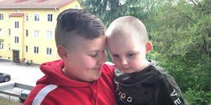 Sigge Olsson och hans systerson Liam. För ett år sedan räddade Sigge livet på sin systerson.