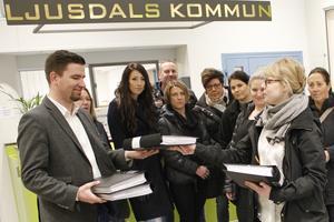 Den 21 februari överlämnade Anna Jung fyra pärmar med över 1800 namnunderskrifter till Markus Evensson, (S).