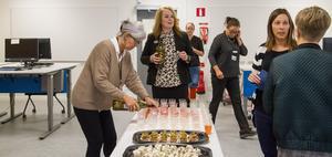 Anna Bernanker hjälper till att hälla upp cider till gästerna på invigningen och det bjöds också på snittar.