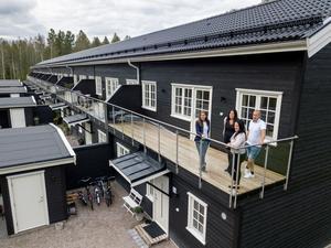 Varje radhus har carport och uteförråd på framsidan. Dessutom en stor terrass på övervåningen. Här står de fyra hemma hos Robert. Från vänster längst bak; Lena, Ylva, Robert – och så Åsa längst fram.