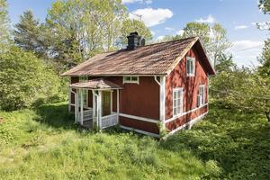 Huset ligger enskilt mitt i naturen. Foto: Kim Lill
