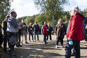 Innan rundturen samlades alla på parkeringen för en fika och fortsatta diskussioner.