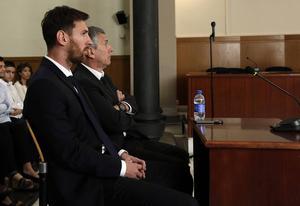 Lionel Messi och hans far Jorge Horacio under rättegången i juni. Arkivbild.