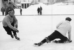 Kurt Sedvall avlossar skott mot Rune Lundberg i en uppvisningsmatch på Faxevallen i slutet av 1950-talet mellan Brobergs gamla och unga.