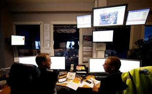 Ulf Muhr och Per Granqvist är driftledare vid terminalen. De ägnar dagarna bakom datorerna och ser till att varje container hamnar på rätt plats.