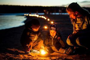 Åtskilliga hade tagit sig till Stenö havsbad för att uppleva lyskvällen.