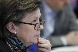 Det behövs tydligare besked om att skolnedläggningarna inte ska genomföras tycker Centerns Caroline Schmidt.