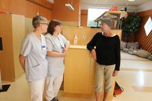 Snart att dags att ta farväl av strålbehandlingen i Gävle för Madelene Zell, här i samspråk med sjuksköterskan Birgitta Vikström och vårdenhetschefen Åsa Bonnevier Svärdström.