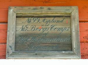 """""""No 99 Asplund, No 7 Bergs Comp. af Kgl Westmanlands Regemente"""" står det på skylten ovanför dörren på soldattorpet. Här har Johan Asplund bott, farfars farfar till Veronica Liljeroth."""