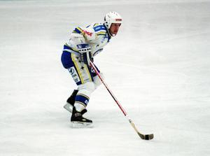 Efter en framgångsrik NHL-karriär kom Tomas Jonsson till Leksand som 29-åring 1989. Tanken var att han bara skulle spela i ett par år, men det blev nio säsonger innan falusonen rundade av sin tid hos de blåvita. Foto: Kjell Jansson