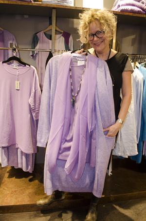 Lila är en färg i vårens mode i alla dess former. Här en tröja, kofta och sjal i lila.