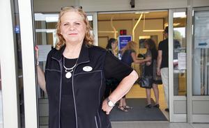 """""""Stäng inte! Heja Arbetsförmedlingen"""", utropade gallerivärdinnan Marie Lindberg på mötet med arbetsmarknadsministern, och fick applåder av de trettiotal som samlats."""