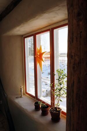 Här finns inga tvära kanter, utan väggarna rundas av mjukt in mot fönstren.