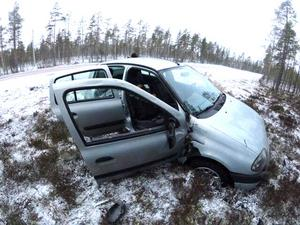 Parets Renault Clio var rejält tilltufsad där båda sidorutorna flög ut och taket trycktes till.  Foto: Jimmynordin.se